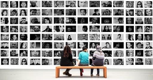 Menschen in Kunst-Galerie