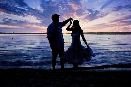 Paar tanzend am Strand